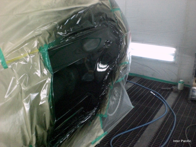 /></p> <p>塗装ブースの中でゴミやホコリが付かぬよう細心の注意をはらい、BMWの塗装肌を再現させます。<br /> </p> <div style=